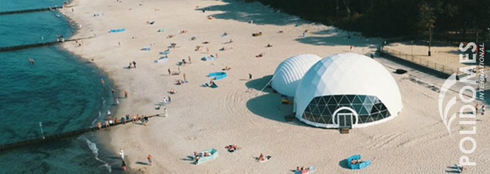 impreza na plaży w namiocie